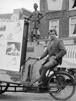 Jasper Grootveld met tekeningen van Veldhoen op bakfiets door de stad, wachtend op klanten *6 juli 1964